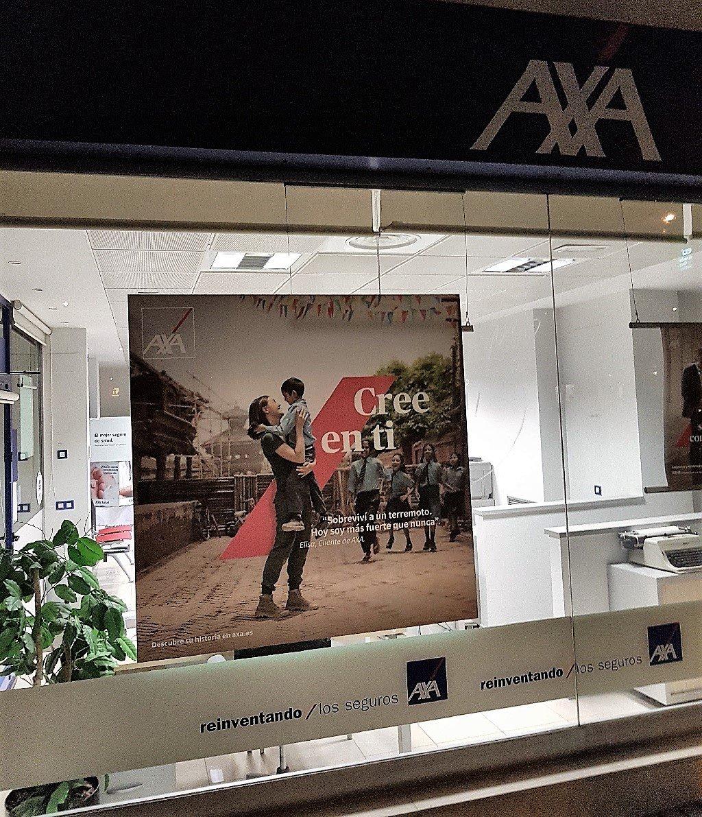 Ejemplo de publicidad en escaparates de Axa-Seguros