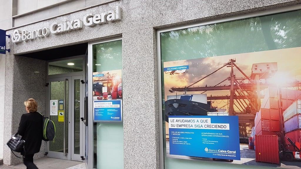 Ejemplo de publicidad en escaparates de Banco Caixa Geral - Empresas