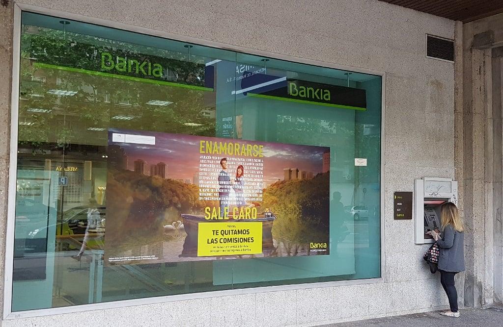 Ejemplo de publicidad en escaparates de Bankia-comisiones