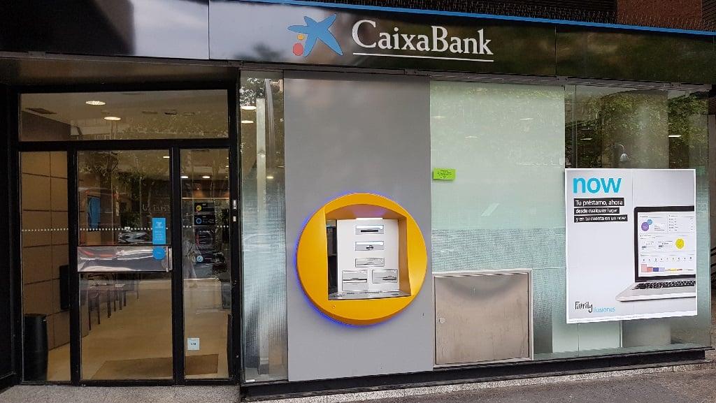 Ejemplo de publicidad en escaparates de CaixaBank-Prestamo
