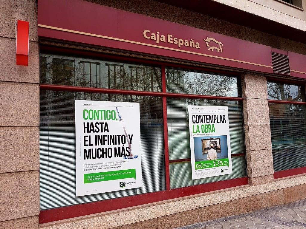 Ejemplo de publicidad en escaparates de Caja-España-Financiacion