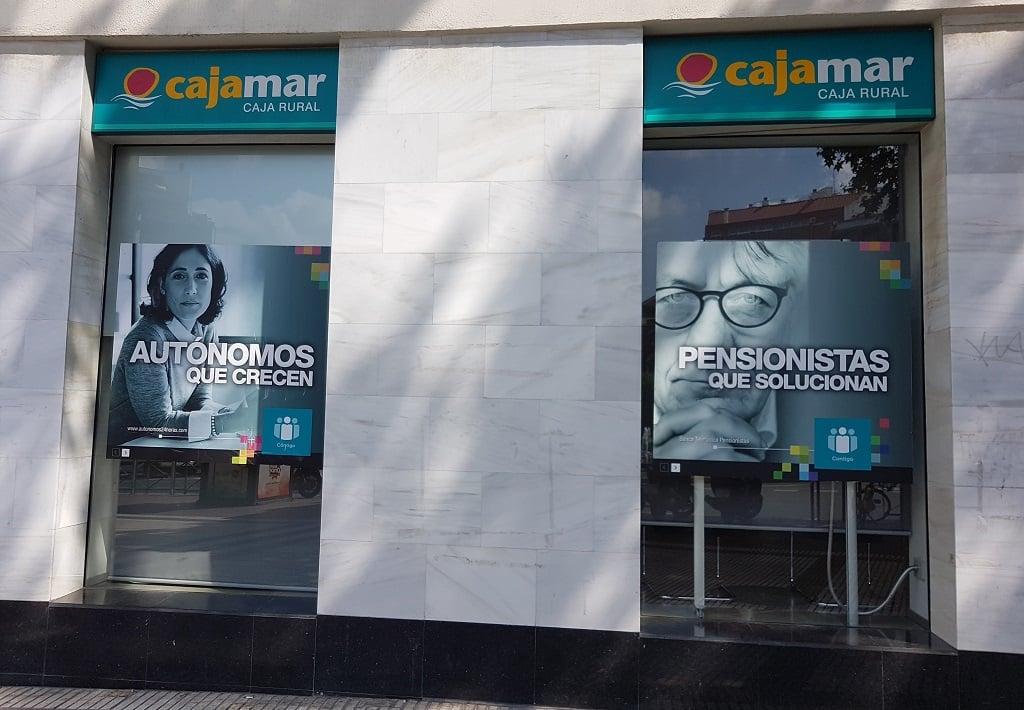 Ejemplo de publicidad en escaparates de Cajamar-Caja-Rural-Autonomos-Pensionistas