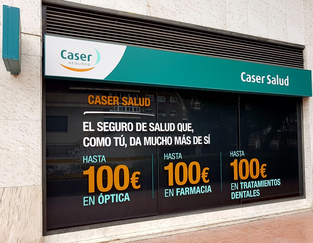 Ejemplo de publicidad en escaparates de Caser-Seguro-salud