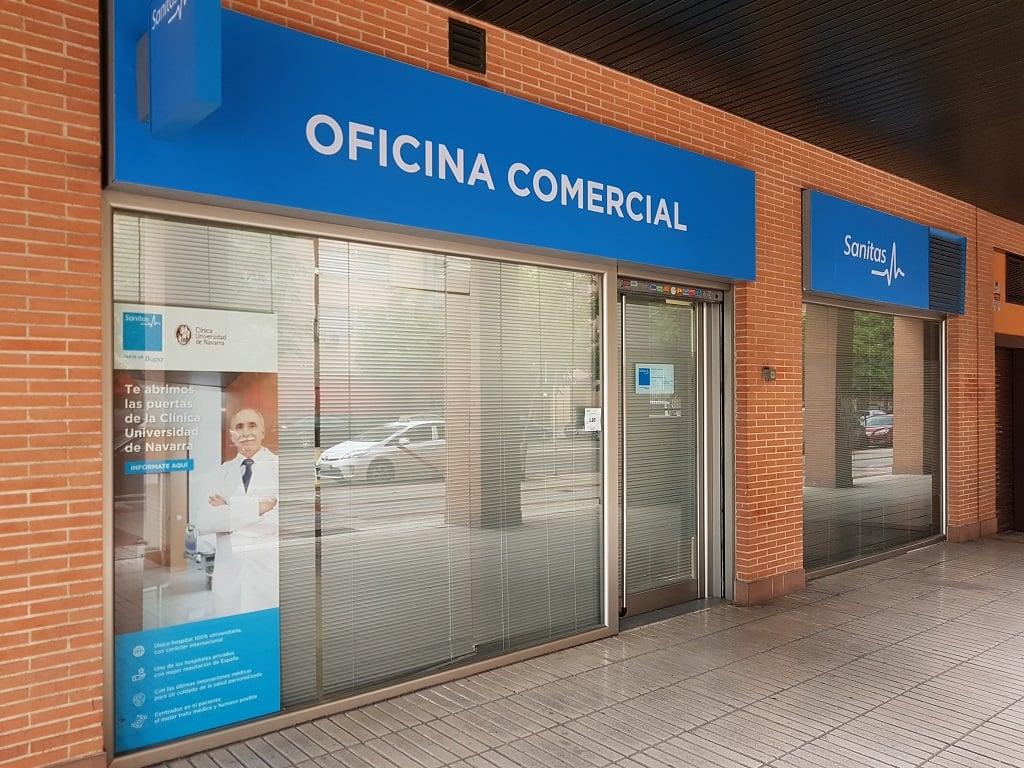 Ejemplo de publicidad en escaparates de Sanitas-Clinica