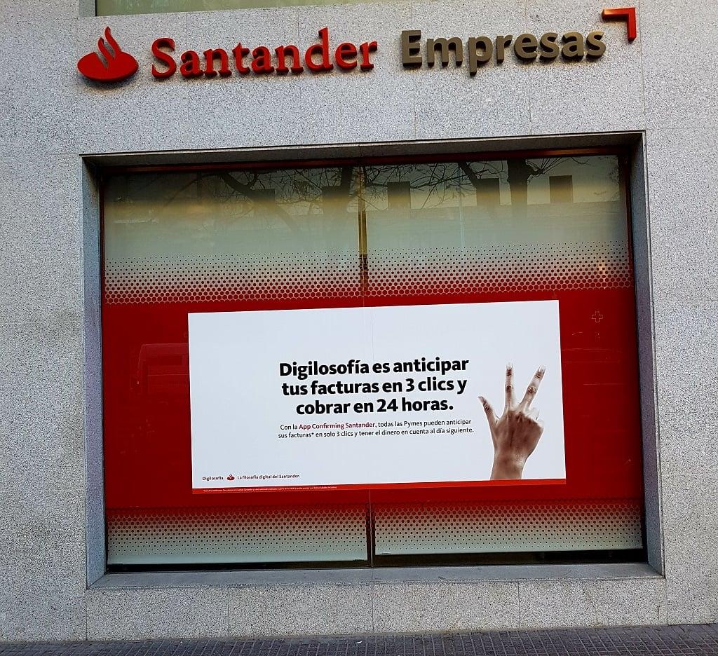 Ejemplo de publicidad en escaparates de Santander-Empresas-App-Confirming-Digilosofia