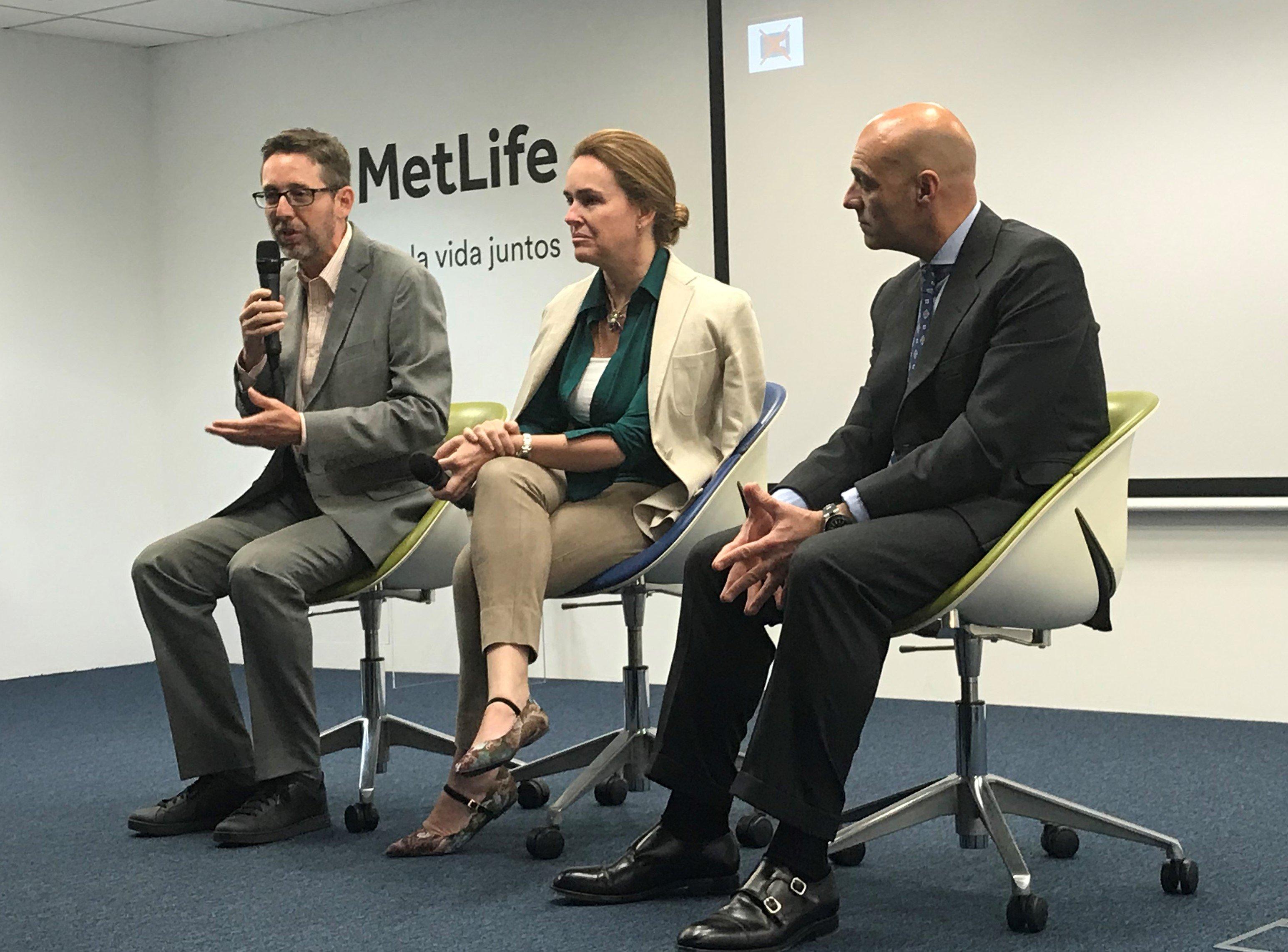 Óscar Herencia, VP del sur de Europa y Director General en Iberia de MetLife, Maria Sánchez del Corral, presidenta de la Asociación de Marketing de España y Fernando Rivero, CEO de ditrendia